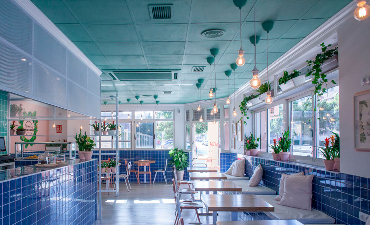 cafetería con plantas