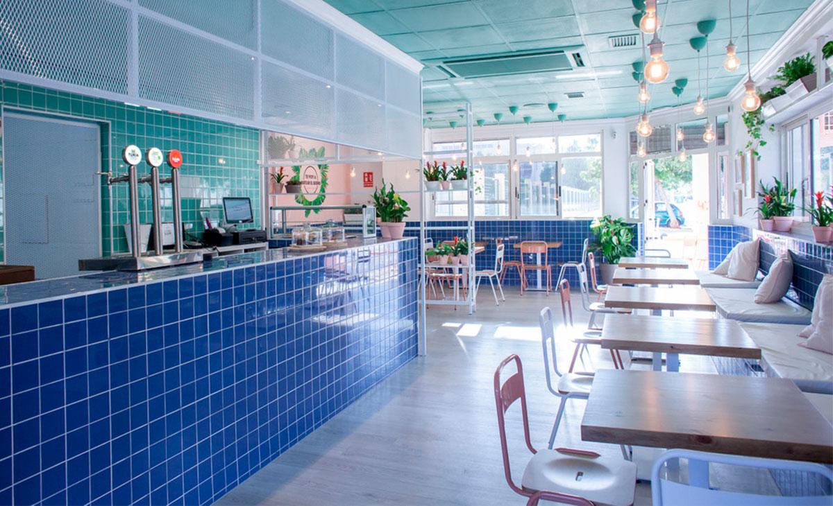 cafetería decorada con plantas
