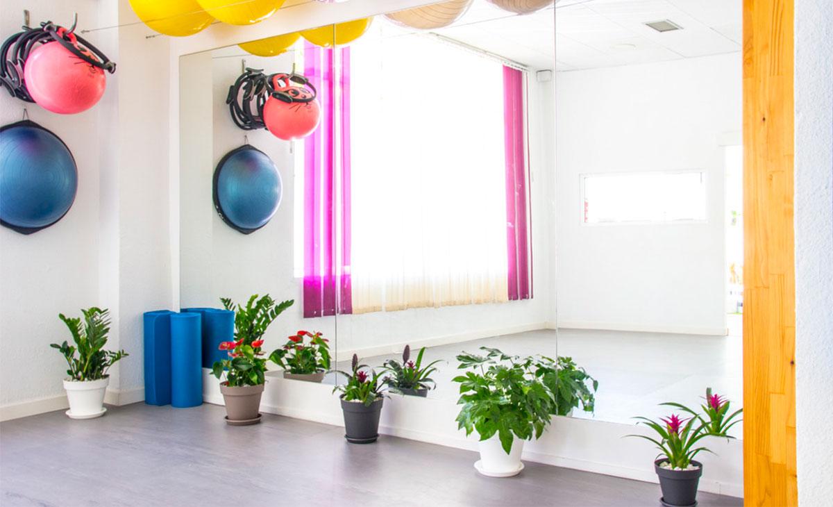 sala de yoga con plantas