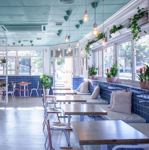 decoración cafetería con plantas