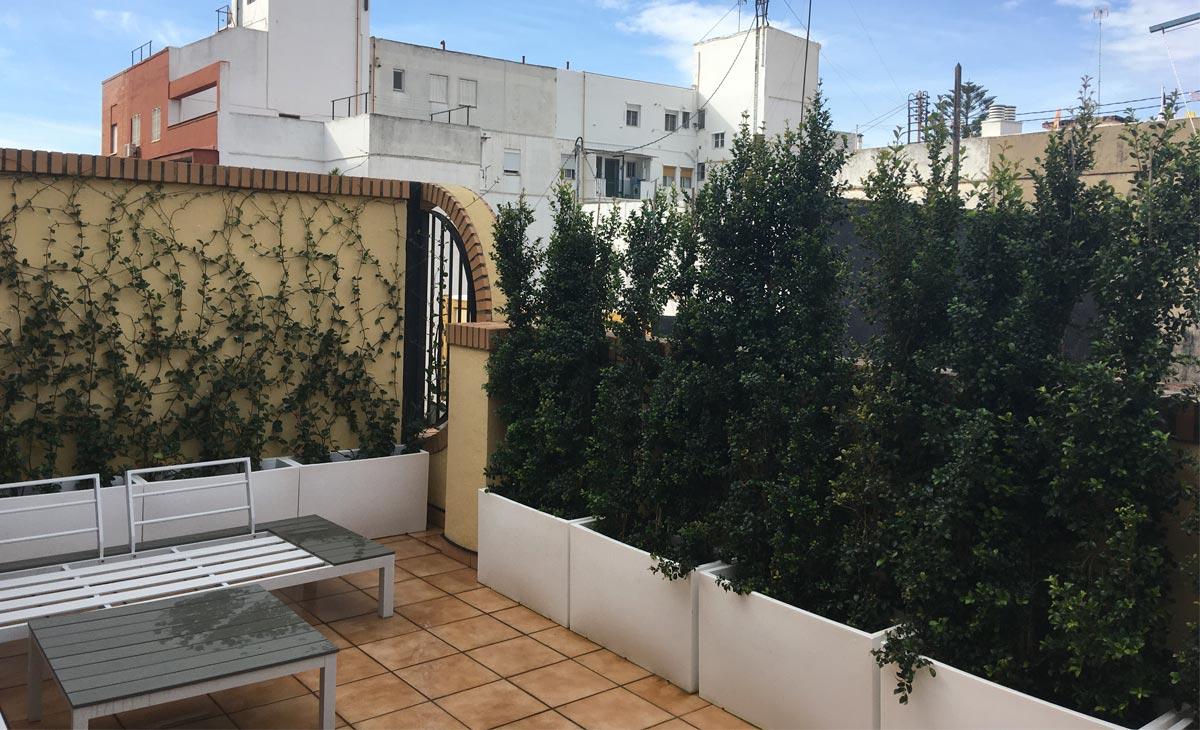 jardín con privacidad en la ciudad