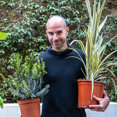 chico con plantas
