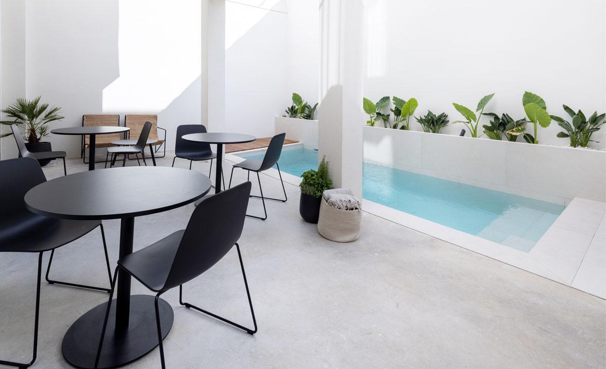 piscina de hotel con jardin