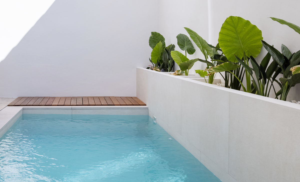 jardin junto a piscina